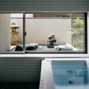 S邸の写真 坪庭のあるバスルーム