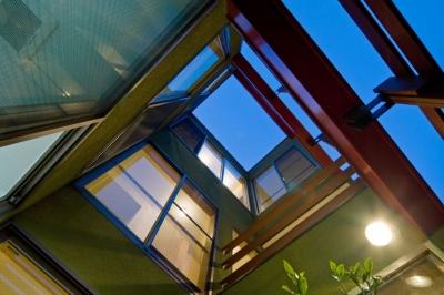 陽が降り注ぐライトコートのある家/東京都阿佐ヶ谷の家 (ライトコートの見上げ(3層))