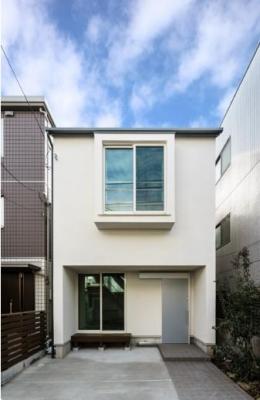 巣鴨の家 (窓が印象的な白い外観)