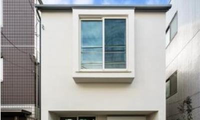 窓が印象的な白い外観|巣鴨の家