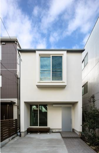 巣鴨の家の写真 窓が印象的な白い外観