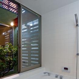 陽が降り注ぐライトコートのある家/東京都阿佐ヶ谷の家 (大きな開口部を確保したハーフユニットの浴室)