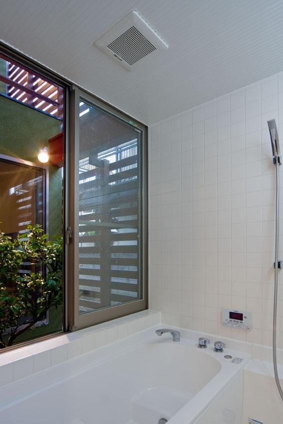 陽が降り注ぐライトコートのある家/東京都阿佐ヶ谷の家の写真 大きな開口部を確保したハーフユニットの浴室