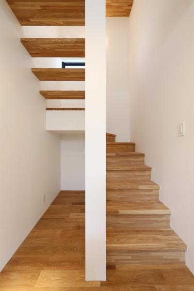 窓をなくして光を呼び込む。逆転の発想で密集地でも開放感いっぱいに暮らせる家 (階段)