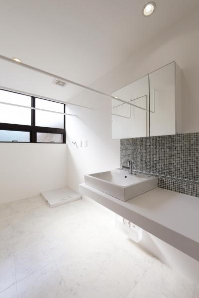 窓をなくして光を呼び込む。逆転の発想で密集地でも開放感いっぱいに暮らせる家 (洗面スペース)