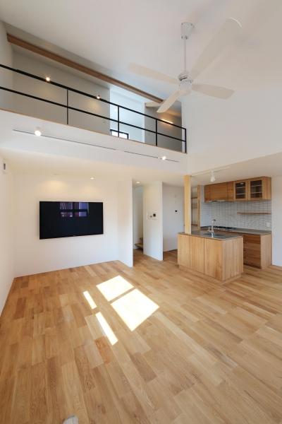 窓をなくして光を呼び込む。逆転の発想で密集地でも開放感いっぱいに暮らせる家 (LDK)