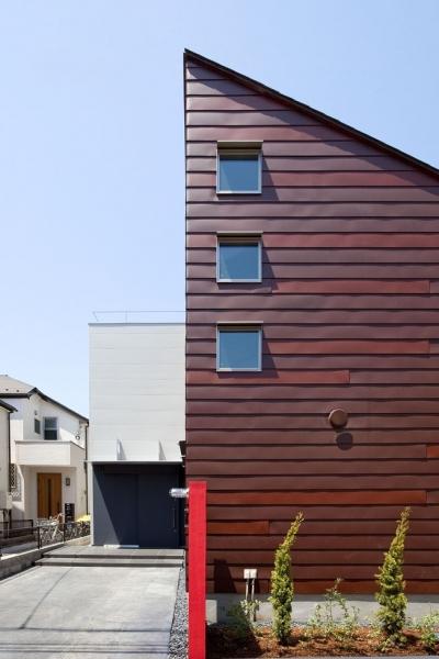 外観近景 (小川の流れる家(めだかはうす))