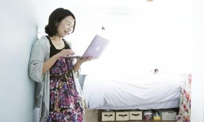 水色の壁がアクセントになっている個室 LOCALIFE shinjyuku