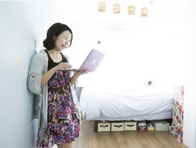 水色の壁がアクセントになっている個室 (LOCALIFE shinjyuku)