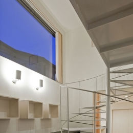 小川の流れる家(めだかはうす) (軽快なスチールの螺旋階段のある玄関ホール)