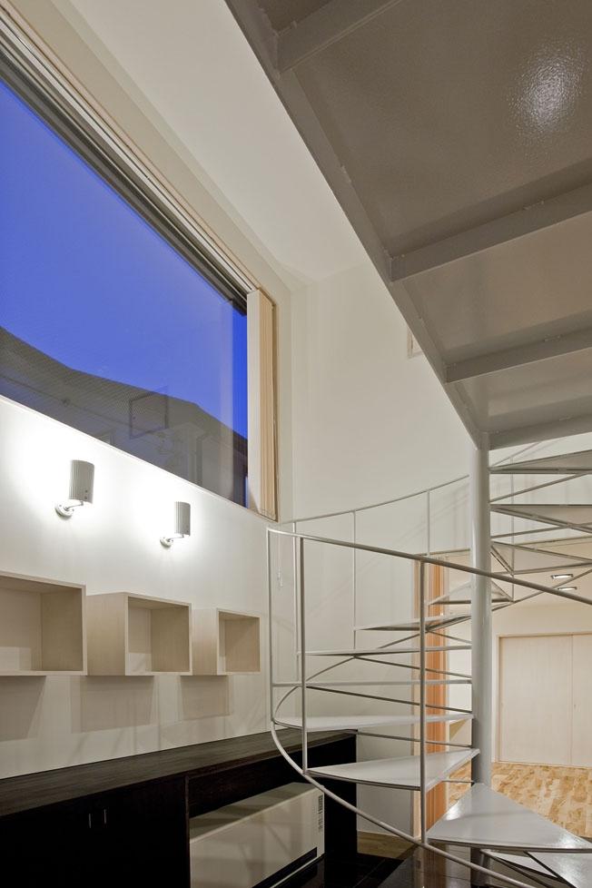 小川の流れる家(めだかはうす)の部屋 軽快なスチールの螺旋階段のある玄関ホール