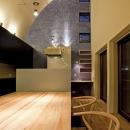 R形状の天井のあるダイニング