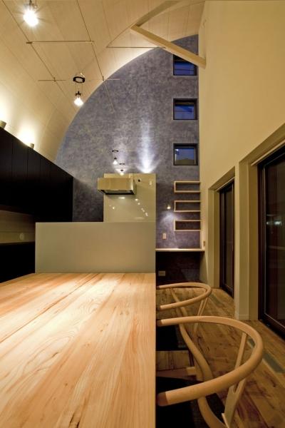 R形状の天井のあるダイニング (小川の流れる家(めだかはうす))