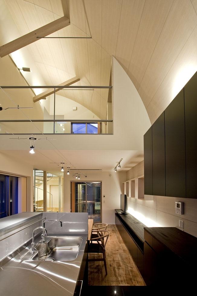 小川の流れる家(めだかはうす)の部屋 キッチンから2階への見上げ
