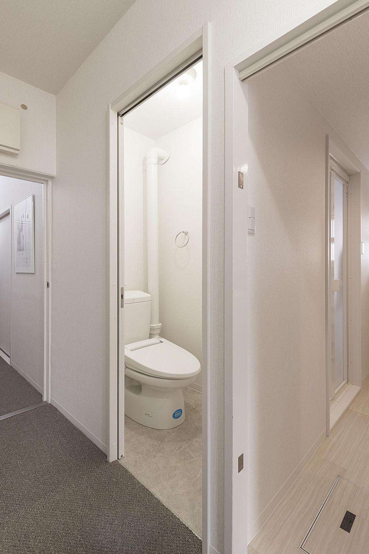 団地型マンションの和モダンリフォーム (トイレ)