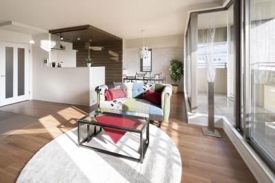 ステージ風キッチン。木目と白を基調とした空間リノベーション (LDK)
