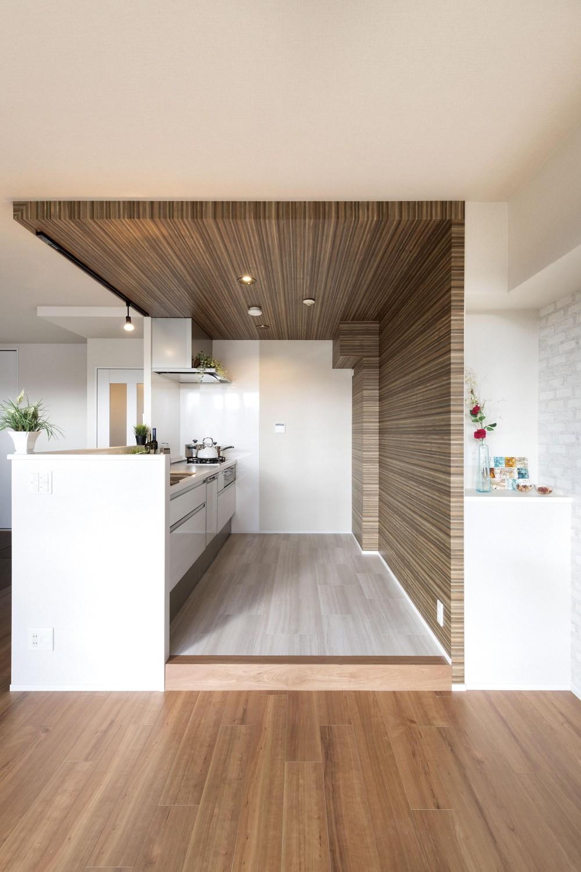 ステージ風キッチン。木目と白を基調とした空間リノベーション (キッチン)