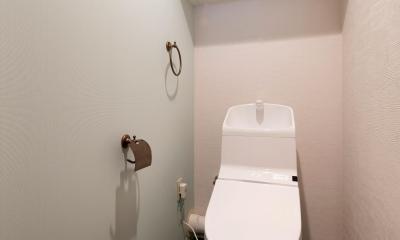 トイレ|ステージ風キッチン。木目と白を基調とした空間リノベーション