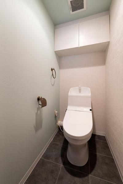 トイレ (ステージ風キッチン。木目と白を基調とした空間リノベーション)