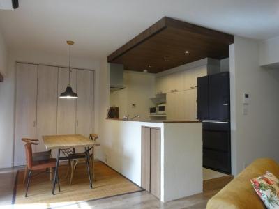 個性的な家具でナチュラルレトロなカフェ空間に! (キッチン)
