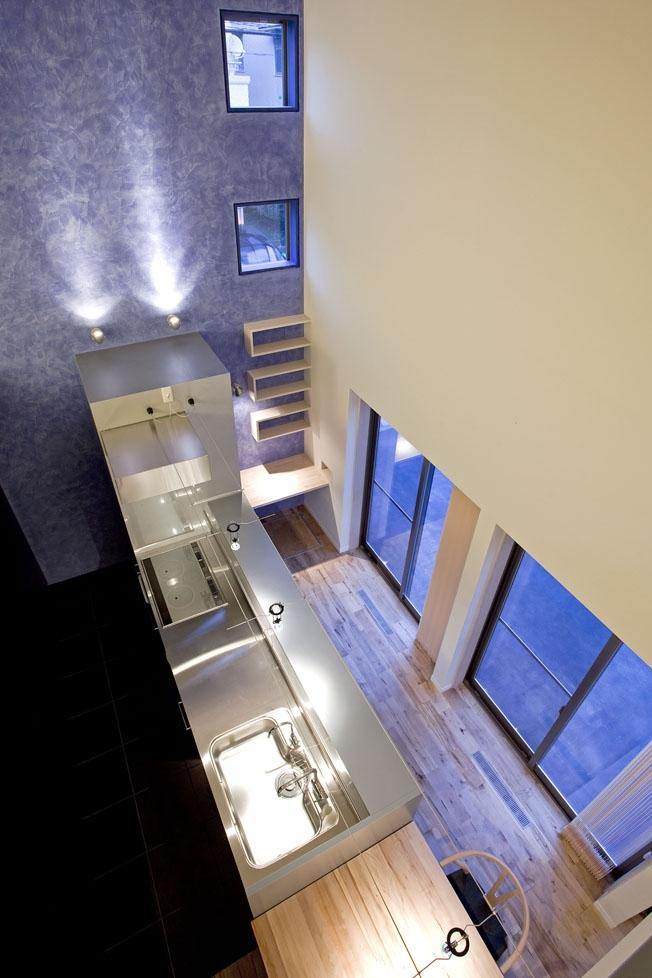 小川の流れる家(めだかはうす)の部屋 吹き抜けからの見下ろしたキッチン