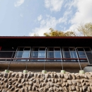 秋川の崖地の上段に建つ子世帯の住居
