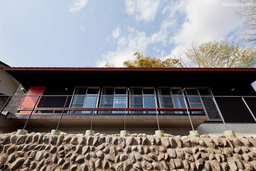 (東京都あきる野市)秋川の3段崖地の家/A棟/B棟 (秋川の崖地の上段に建つ子世帯の住居)