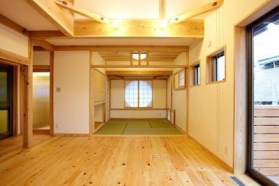 リビングダイニング和室 (結 〜丸窓のある木の家〜)