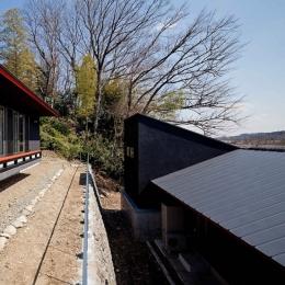 (東京都あきる野市)秋川の3段崖地の家/A棟/B棟 (崖地の段差を利用して子世帯の家(上段)と親世帯の家(下段))