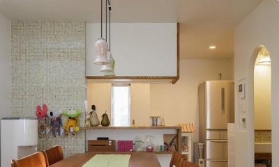吹抜けからうまれた開放感と光に満ちた暮し (キッチン)