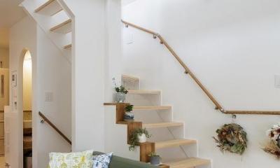 吹抜けからうまれた開放感と光に満ちた暮し (階段)