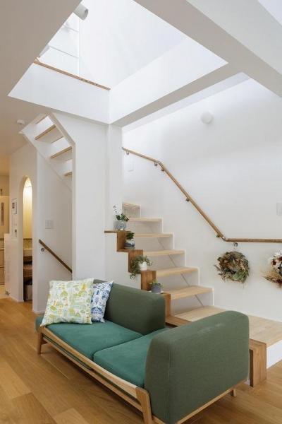 階段 (吹抜けからうまれた開放感と光に満ちた暮し)