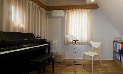 吹抜けからうまれた開放感と光に満ちた暮し (音楽室)