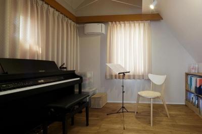 音楽室 (吹抜けからうまれた開放感と光に満ちた暮し)