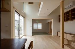 葛飾の家/IW邸 (1階ダイニングから吹き抜けているリビングを介して和室を見る)