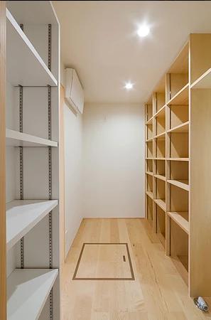 葛飾の家/IW邸 (洗面脱衣と連続するパントリースペース)