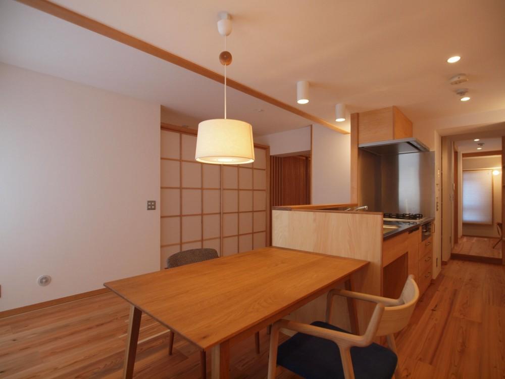 ワンルーム空間でシンプルに暮らす都市部マンションリノベーション (建具の開け閉めで間仕切るワンルーム空間)