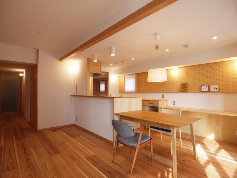 ワンルーム空間でシンプルに暮らす都市部マンションリノベーション (天井を抑えて小梁の存在感を消したキッチンダイニング)