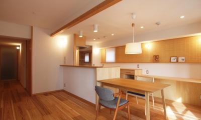 天井を抑えて小梁の存在感を消したキッチンダイニング|ワンルーム空間でシンプルに暮らす都市部マンションリノベーション
