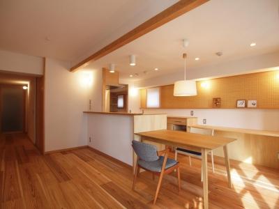 天井を抑えて小梁の存在感を消したキッチンダイニング (ワンルーム空間でシンプルに暮らす都市部マンションリノベーション)