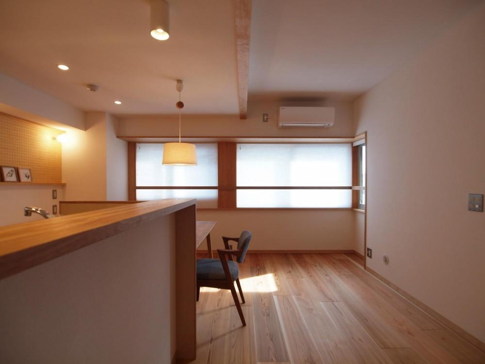 ワンルーム空間でシンプルに暮らす都市部マンションリノベーション (既設の大きさや高さの異なる開口部を一体的なデザインに)
