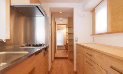 ワンルーム空間でシンプルに暮らす都市部マンションリノベーション (南北の通風及び家事動線上に設けたキッチン空間)