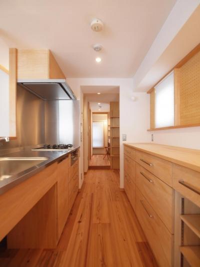 南北の通風及び家事動線上に設けたキッチン空間 (ワンルーム空間でシンプルに暮らす都市部マンションリノベーション)