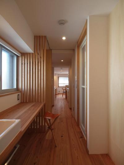 洗面空間は窓のある位置に再構築 (ワンルーム空間でシンプルに暮らす都市部マンションリノベーション)