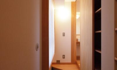 ワンルーム空間でシンプルに暮らす都市部マンションリノベーション (通り土間を設け、収納+2つの動線を)