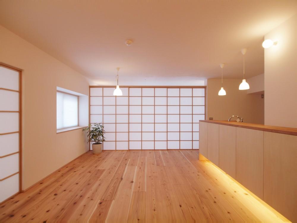 引き込み障子と小上がり畳の可変性を持たせたリノベーション (壁に収納される三枚の引き込み障子)