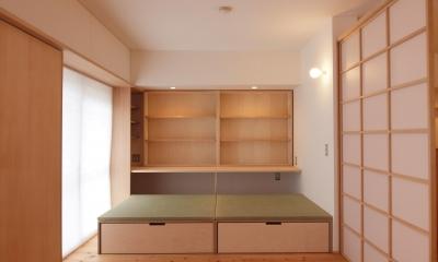 引き込み障子と小上がり畳の可変性を持たせたリノベーション (壁面に設けた本棚と110cm角の小上がり畳)