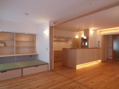 キッチン+カウンター収納は大工造作 (引き込み障子と小上がり畳の可変性を持たせたリノベーション)