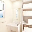 N邸の写真 車椅子対応洗面台と収納棚