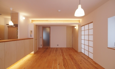 引き込み障子と小上がり畳の可変性を持たせたリノベーション (間接照明を計画し、小梁の存在感を消す)